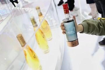 柔宇科技塑柔性酒瓶 泸州老窖漫陈年酒香